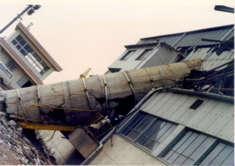 地震による煙突倒壊例その1